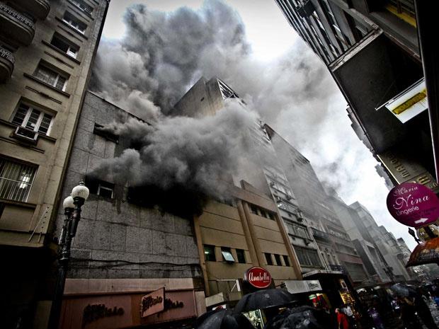Incêndio destruiu uma ótica em Porto Alegre, na manhã desta segunda-feira - Crédito: Foto: Alexandro Auler/AE/AE