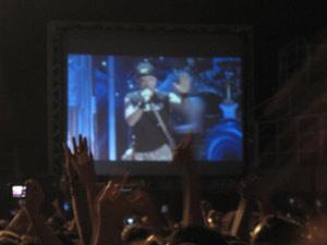 No telão, Bruce Dickinson tenta acalmar os fãs após queda de proteção - Crédito: Foto: Tatiana Martins/G1