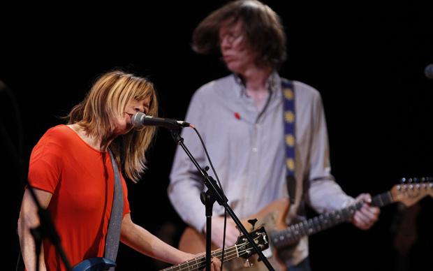 Kim Gordon e Thurston Moore, da banda de rock americana Sonic Youth, participaram do Concerto em Benefício às Vítimas do Terremoto no Japão, que aconteceu no Teatro Miller, na Universidade de Columbia, em Nova York, no domingo - Crédito: Foto: Reuters