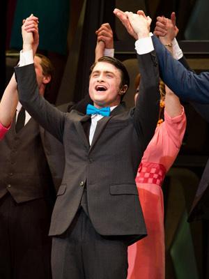 Daniel Radcliffe agradece o público ao final da peça \'How to succeed in business\' - Crédito: Foto: Charles Sykes/AP