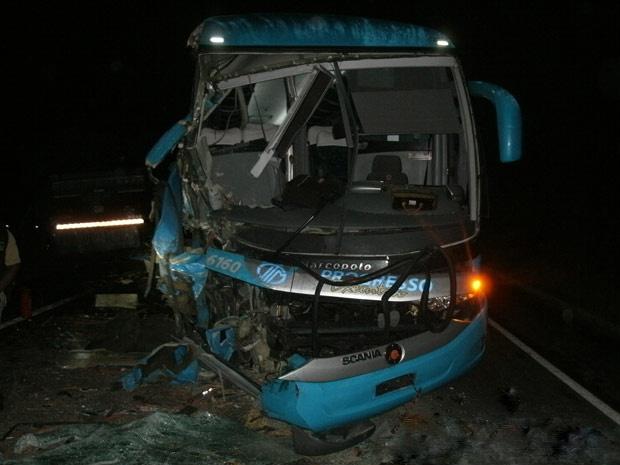 Dez pessoas que estavam em ônibus ficaram feridas após acidente com caminhão - Crédito: Foto: Divulgação/Polícia Rodoviária Federal