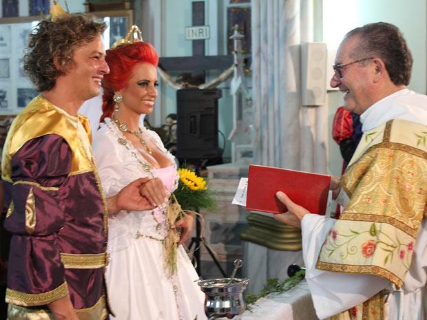 Denise e Marcelo se casaram vestidos de Shrek e Fiona, em Garibaldi - Crédito: Foto: Alessandro Veronese Mânica/Agência RBS