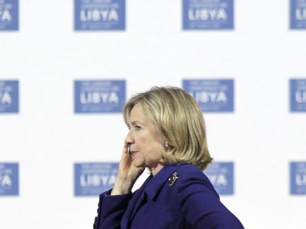 A secretária de Estado dos EUA, Hillary Clinton, fala ao telefone durante a conferência sobre a Líbia nesta terça-feira - Crédito: Foto: AP