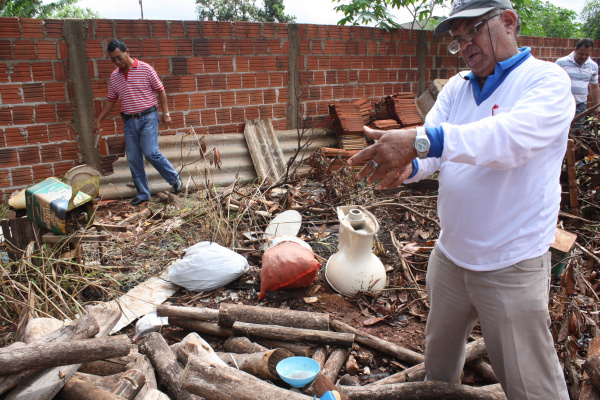 Mutirão percorreu casas e terrenos baldios na Vila Índio  Foto: Hédio Fazan -