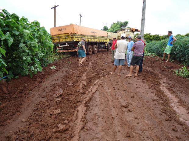 Micro-ônibus dos estudantes não consegue circular pelo assentamento - Crédito: Foto: Armando Lemanski
