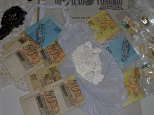 Dinheiro e droga apreendidos em operação em Santa Catarina - Crédito: Foto: Divulgação/PF