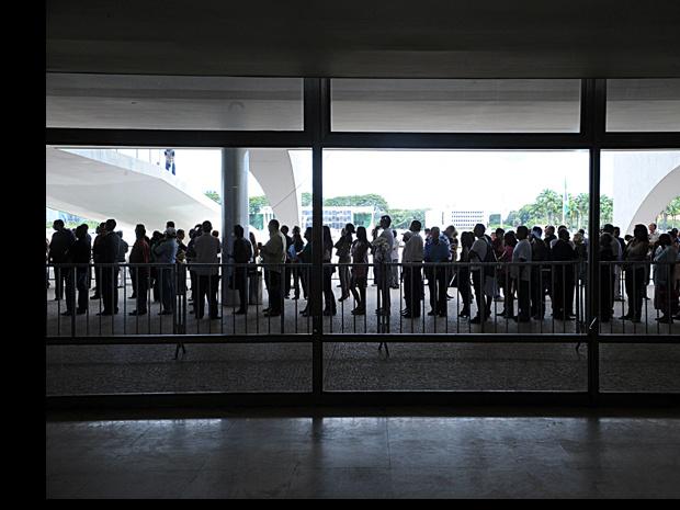 Uma longa fila se formou para que o público pudesse se despedir do ex-vice-presidente José Alencar - Crédito: Foto: Fabio Rodrigues Pozzebom/ABr