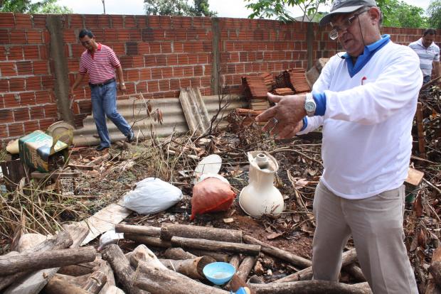 Serviço de borrifação está sendo feito nos bairros onde têm suspeita da dengue - Crédito: Foto: Hedio Fazan/PROGRESSO