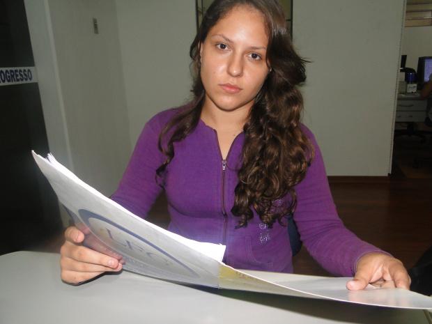 Bárbara Purkott Cezar mostra cópia da carta entregue à reitoria - Crédito: Foto : Hedio Fazan/PROGRESSO