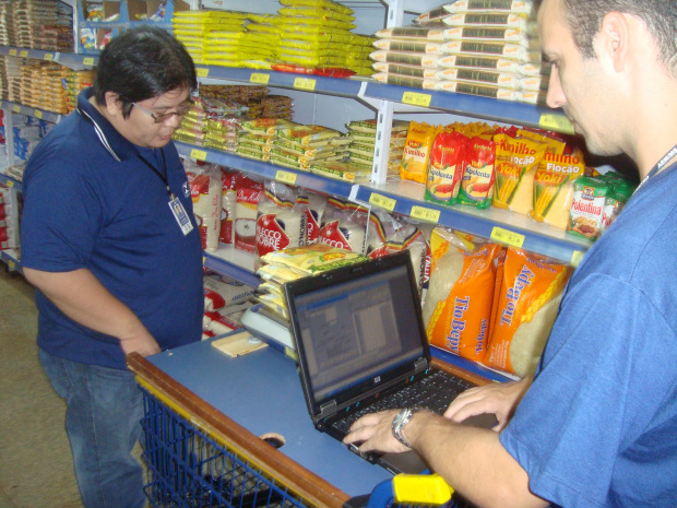 Fiscais do Inmetro vistoriam produtos nas prateleiras de supermercado - Crédito: Foto: Cido Costa