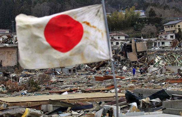 Bandeira do Japão é vista em região atingida pelo terremoto, em Onagawa, na província de Miyagi - Crédito: Foto: Eugene Hoshiko/AP