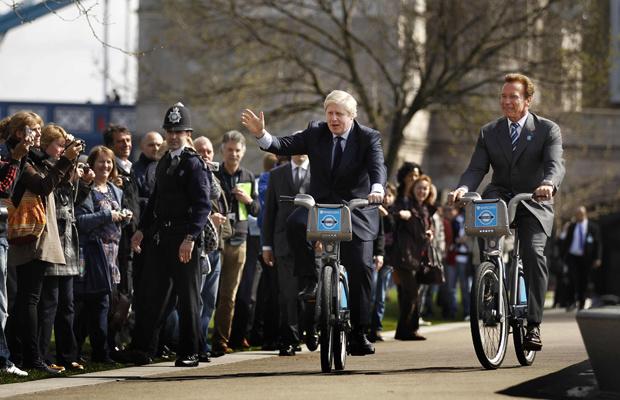 O prefeito de Londres, Boris Johnson, e o ex-governador da Califórnia Arnold Schwarzenegger andam de bicicleta em nesta quinta-feira - Crédito: Foto: AP