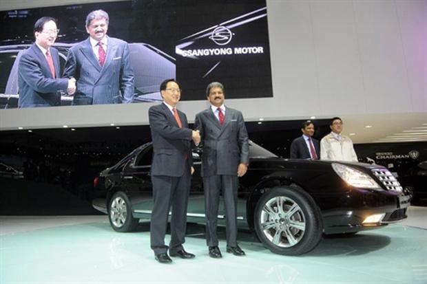 Anand Mahindra, aperta a mão de Lee Yoo-il, executivo-chefe da SsangYoung Motors - Crédito: Foto: Jung Yeon-Je /AFP