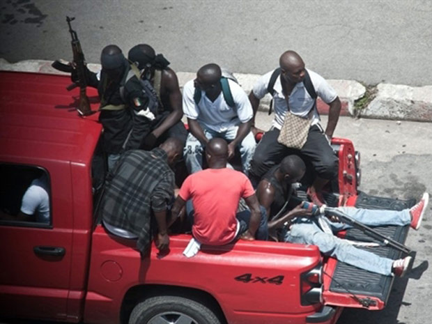 Militantes pró-Gbagbo se armam nas ruas de Abidjan enquanto tropas ligadas ao presidente reconhecido pela comunidade internacional Alassane Ouattara se aproximam da capital marfinense, nesta quinta - Crédito: Foto: Jean-Philippe Ksiazek / AFP