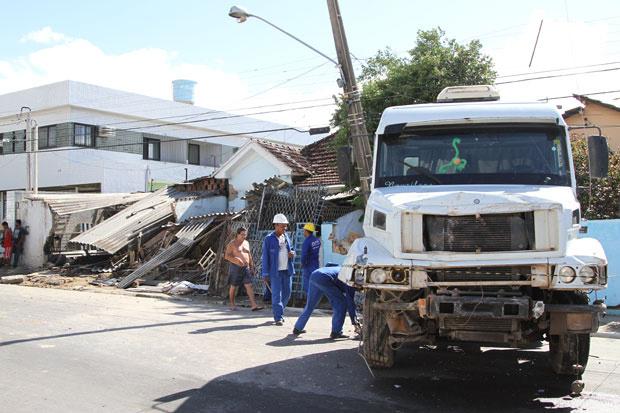 Caminhão atingiu casas em Olinda - Crédito: Foto: Guga Matos/JC Imagem/AE