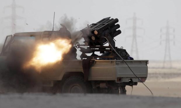 Rebeldes lançam foguete contra forças de Kadhafi nesta quinta-feira - Crédito: Foto: AP