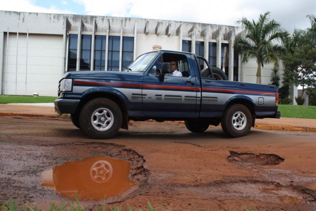 Buracos tomam conta das ruas de Dourados e causam prejuízos aos condutores - Crédito: Foto : Hedio Fazan/PROGRESSO