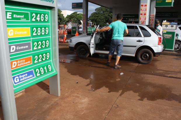 Consumidor volta a abastecer com gasolina, por causa da pouca diferença de preço em relação ao álcool - Crédito: Foto: Hédio Fazan/PROGRESSO