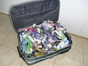 Dentro da mala havia 500 relógios comprados no Paraguai e sem nota fiscal.  - Crédito: Foto: Polícia Rodoviária Estadual-PR/ Divulgação