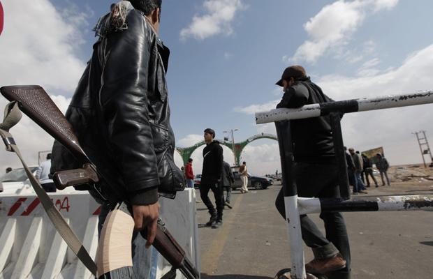 Rebeldes guardam entrada da cidade de Ajdabiyah nesta sexta-feira - Crédito: Foto: AP