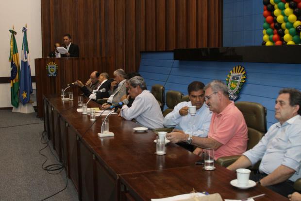 Geraldo conversa com Nelsinho durante abertura do Congresso Estadual do PMDB - Crédito: Foto : Lindomar Go-mes/Fundação Ulysses Guimarães