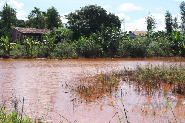 Represa recebe enxurrada da rodovia e transborda para casa de família - Crédito: Foto : Hedio Fazan