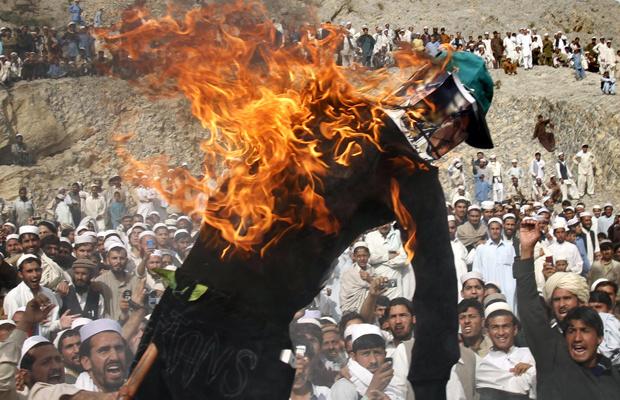Boneco representando o pastor norte-americano Terry Jones é queimado nesta segunda-feira - Crédito: Foto: AP