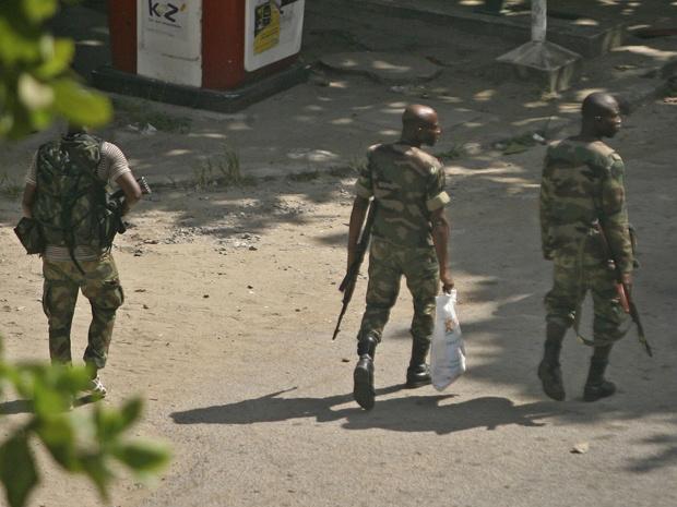 Soldados não identificados patrulham rua de Abidjan, principal cidade da Costa do Marfim, nesta segunda-feira - Crédito: Foto: AP