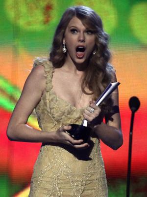 A cantora Taylor Swift se surpreende ao receber o  prêmio de \'artista do ano\' no Academy Country Music Awards 2011. - Crédito: Foto: AP