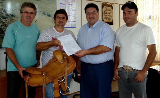 A documentação oficial foi entregue ao empresário Ricardo Cateli, pelo prefeito Arceno Athas - Crédito: Foto : Demerval Nogueira