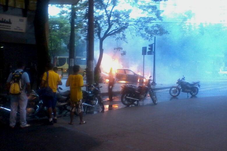 Um carro pegou fogo, na tarde desta segunda-feira - Crédito: Foto: Dariane Araújo
