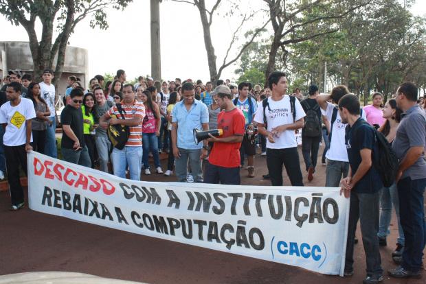 Estudantes fizeram protesto ontem no campus da Uems para reivindicar estrutura - Crédito: Foto: Hédio Fazan/PROGRESSO