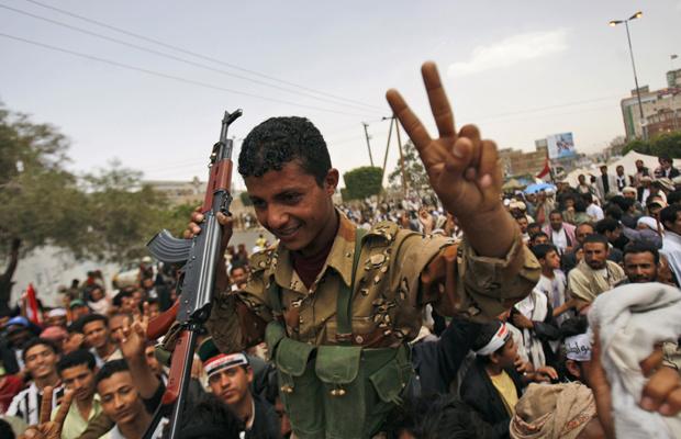 Manifestantes erguem soldado durante protesto nesta terça-feira - Crédito: Foto: AP
