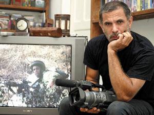 O ator e diretor israelense Juliano Mer-Khamis em sua casa em Haifa, em foto de 2004  - Crédito: Foto: Alex Rozkovsky / AP