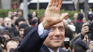 O premiê da Itália, Silvio Berlusconi, ao deixar o tribunal jna semana passada, em Milão - Crédito: Foto: AP