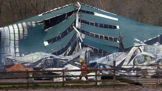 Incêndio em estábulo mata 20 cavalos nos EUA Acidente ocorreu no estado de Ohio. Fogo provocou desabamento do telhado da construção. Cerca de 20 cavalos morreram em um incêndio de um estábulo na fazenda Oasis, em Colerain, no estado americano de Ohio, ne - Crédito: Foto: AP