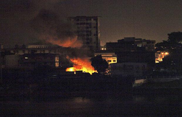 Explosões são vistas em campo militar de tropas leais a Laurent Gbagbo, em ataque da França e ONU nesta segunda, em Abidjan - Crédito: Foto: Luc Gnago/Reuters