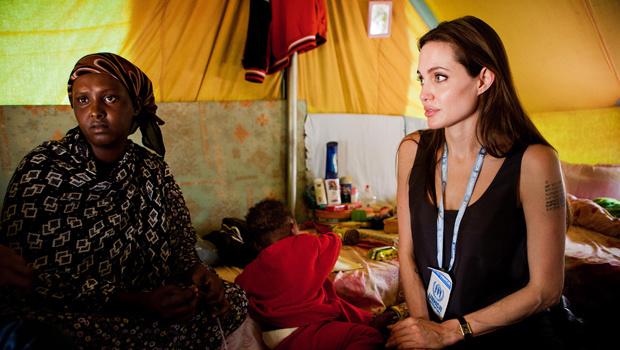 A embaixadora da ONU para a causa dos refugiados, Angelina Jolie, visita refugiada somali no campo de Shousha, na Tunísia, a 8 km da fronteira com a Líbia - Crédito: Foto: AP