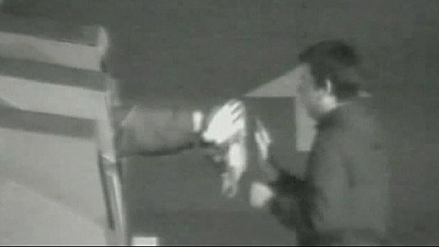 Imagem de câmera de segurança mostra um dos suspeitos entrando no contêiner - Crédito: Foto: BBC