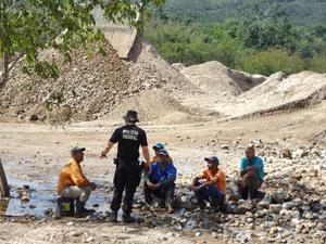 Polícia apreende 375 toneladas de cristal quartzo extraído ilegalmente em MG. Operários foram encontrados em situação precária.  - Crédito: Foto: Divulgação / Polícia Federal