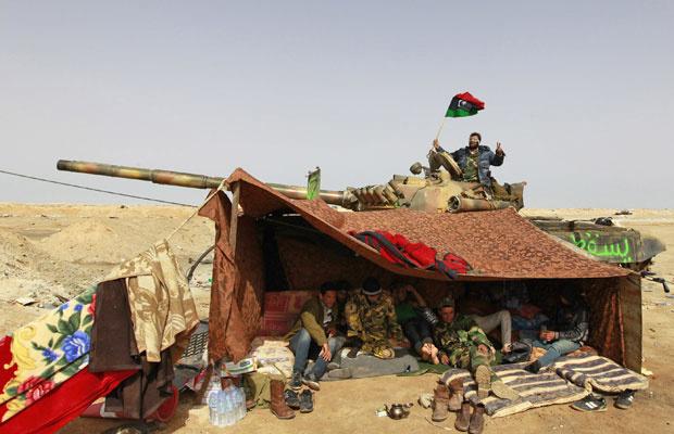 \'Rebeldes em tenda entre as cidades de Ajdabiyah e Brega - Crédito: Foto: Youssef Boudlal/Reuters