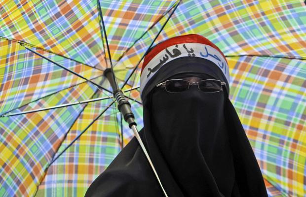 Manifestante antigoverno protege-se do sol durante protesto em Sanaa, capital do Iêmen, nesta quarta-feira - Crédito: Foto: AP