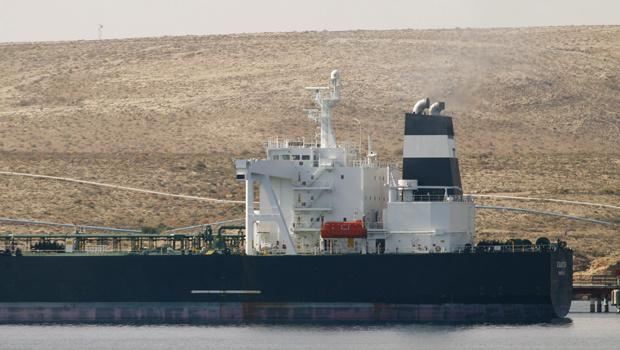 O navio Equator ancorado em terminal na cidade líbia de Tobruk nesta quarta-feira - Crédito: Foto: Reuters