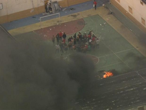 Internos atearam fogo em colchões no pátio da unidade da Vila Maria - Crédito: Foto: Reprodução/TV Globo