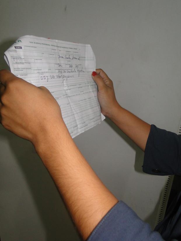Legenda: Paciente mostra guia de consulta remarcada por causa da mobilização - Crédito: Foto: Arquivo/PROGRESSO