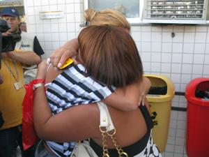 Tia de menina morta em escola de Realengo é consolada no IML - Crédito: Foto: Aluizio Freire/G1