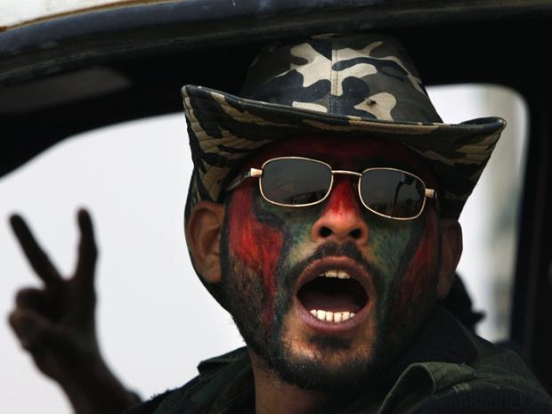 Rebelde faz sinal de vitória em Ajdabiyah nesta quinta-feira - Crédito: Foto: AP