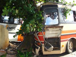 Um dos ônibus bateu em árvore ao perder controle  - Crédito: Foto: Divulgação/Corpo de Bombeiros-GO