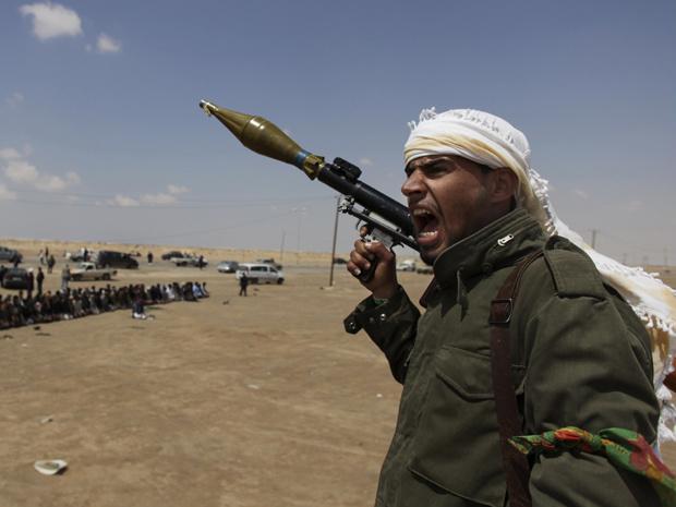 Rebelde líbio empunha lança-foguetes nesta sexta-feira - Crédito: Foto: AP