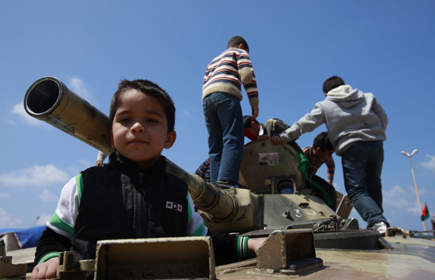 Crianças brincam em tanque na cidade rebelde líbia de Benghazi nesta sexta-feira - Crédito: Foto: AP